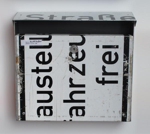 repost,baustell fahrzeuge frei,re post,briefkasten,upcycling,reuse,street sign,straßenschild,post box,andre stache,foto vesko goesel
