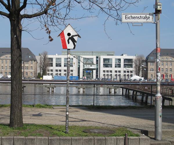 verkehrszeichen,verkehrsschild,vogelhaus,street sign,birdhouse,aviary,traffic sign,andre stache,berlin