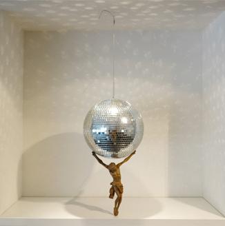 discoballjesus,installation,contemporary,moving,atlasjesus,diskokugel,jesus,atlas,mirrorball,andrestache,fotoveskogoesel,änderungenallerart,mönchengladbach