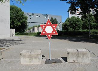 installation,streetsigns,jüdischesmuseumberlin,jewishmuseumberlin,verkehrszeichen,studioandrestache